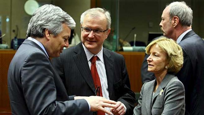 Elena Salgado habla con el ministro de Finanzas belga, Didier Reynders, y con el comisario de Asuntos Monetarios, el finlandés, Olli Rehn (en el centro), en Bruselas.
