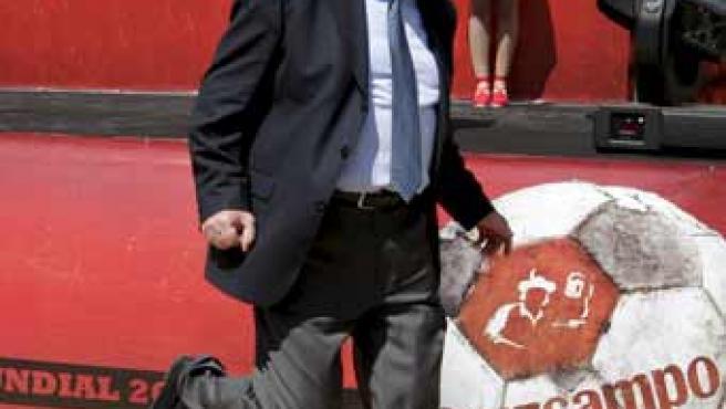 El seleccionador español, Vicente del Bosque, dando una patada a un balón.