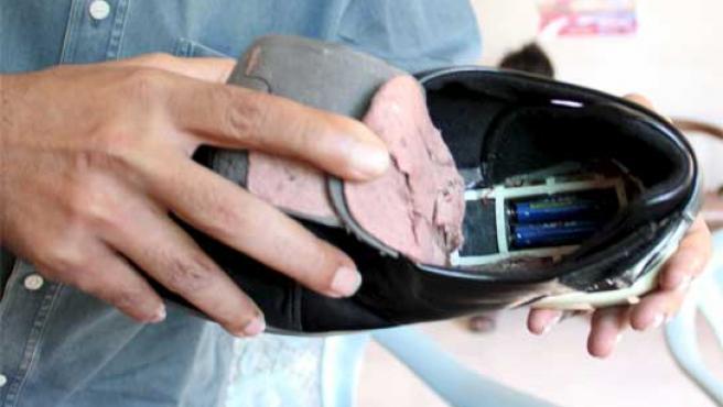 En la imagen los zapatos sospechosos de portar un circuito electrónico capaz de activar una bomba.