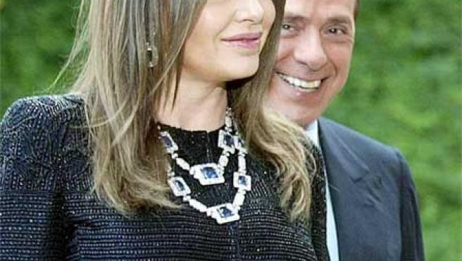 Veronica Lario y Silvio Berlusconi posan sonrientes en 2009.