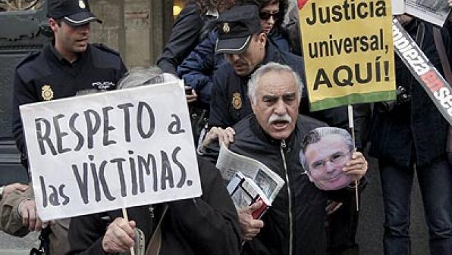 Agentes de la Policía Nacional desalojan a vrios familiares de víctimas del franquismo que se habían concentrado ante las puertas del CGPJ.