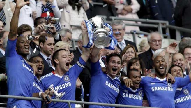 Los jugadores del Chelsea celebran su victoria en la final de la Copa inglesa.