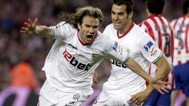 El sevillista Diego Capel (i) celebra el tanto conseguido en la final de Copa junto a su compañero Álvaro Negredo.