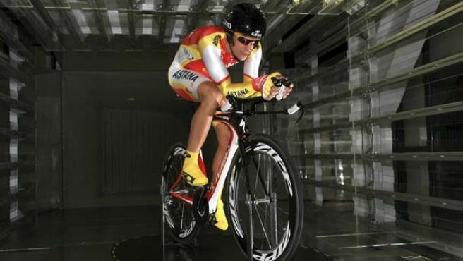 El ciclista Alberto Contador, durante las pruebas que ha realizado en el túnel del viento de Epsilon Euskadi.