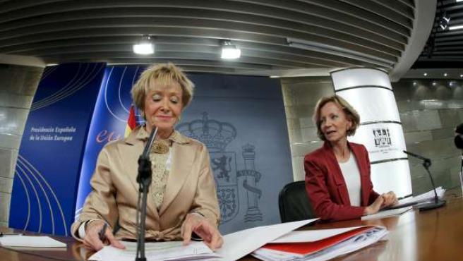 Las vicepresidentas primera y segunda del Gobierno, María Teresa Fernández de la Vega (i), y Elena Salgado, en la rueda de prensa tras el Consejo de Ministros.