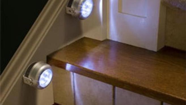 La luz permanece encendida sólo en aquellas habitaciones que están ocupadas o en las zonas de paso por las que transitamos, como pasillos.