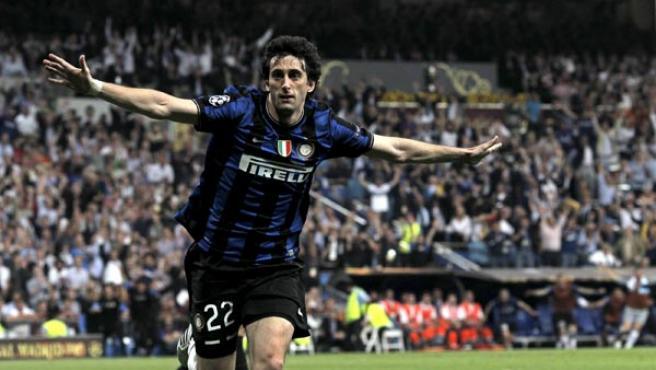 Diego Milito, delantero del Inter de Milán, celebra uno de sus goles en la final de la Champions.