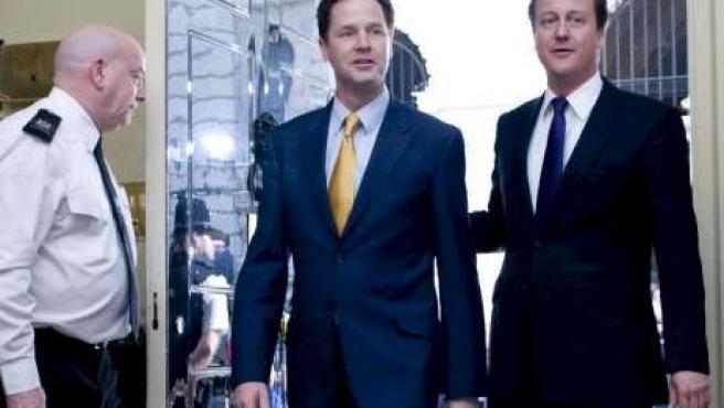 El viceprimer ministro Nick Clegg y el nuevo primer ministro británico, David Cameron, en el número 10 de Downing Street.