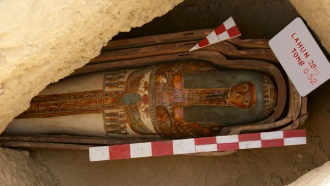 Un grupo de arqueólogos egipcios ha descubierto una colección de 45 tumbas que conservan sus momias en buen estado