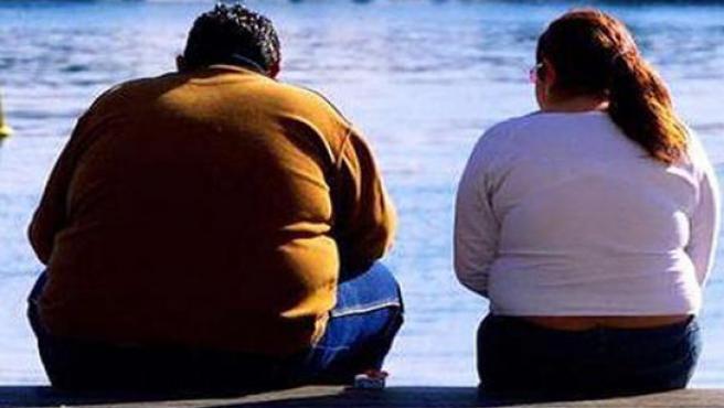 Dos personas con obesidad.