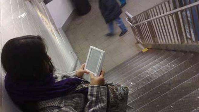Una usuaria lee en su e-book.