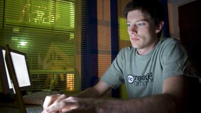 Un internauta frente a su ordenador.