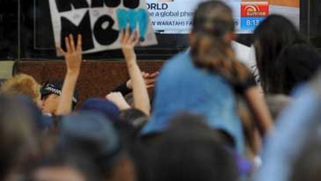 Reunión de fans a las puertas de los estudios del Canal 7 australiano mientras Justin Bieber era entrevistado.