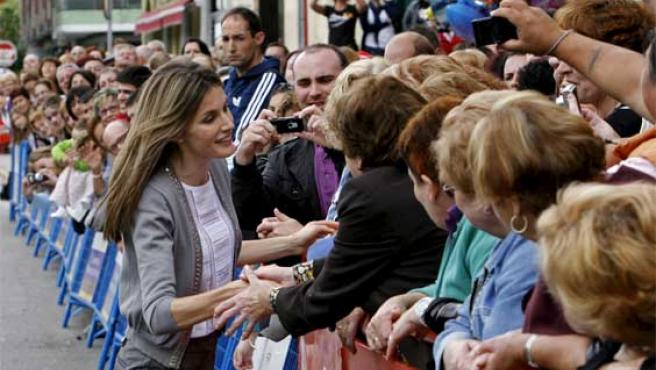La Princesa Letizia es recibida por los vecinos de El Entrego.