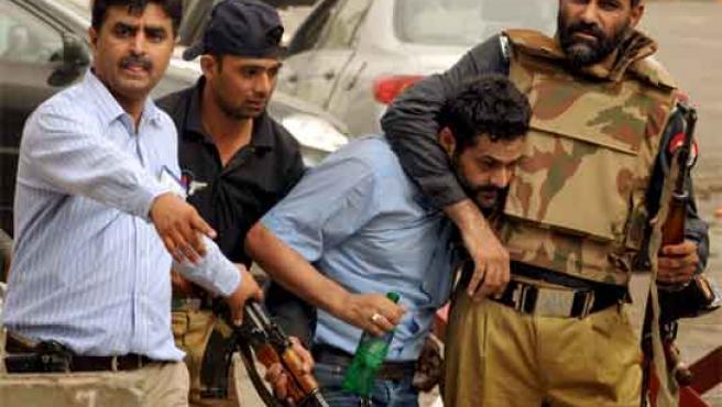 Miembros de las fuerzas de seguridad arrestan a un presunto terrorista tras los ataques a las mezquitas.