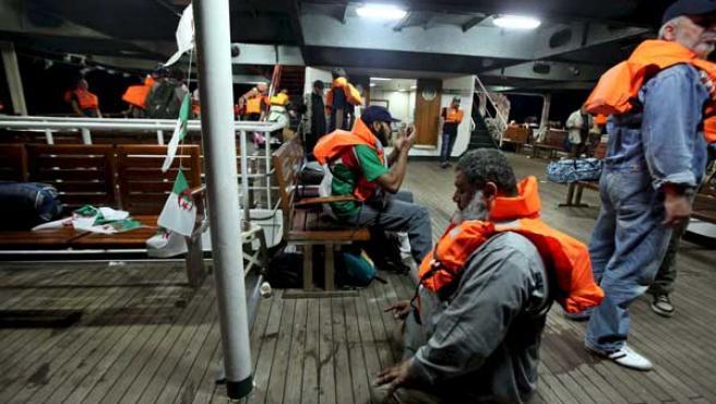 Activistas con chalecos salvavidas rezan dentro del barco 'Mavi Marmara', parte de la flotilla.