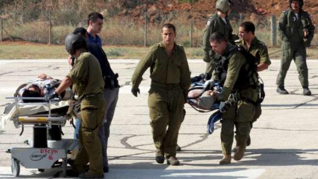 Soldados israelíes trasladan heridos del asalto a la flotilla humanitaria en camillas a su llegada en un helicóptero militar a un hospital de Tel Aviv (Israel).
