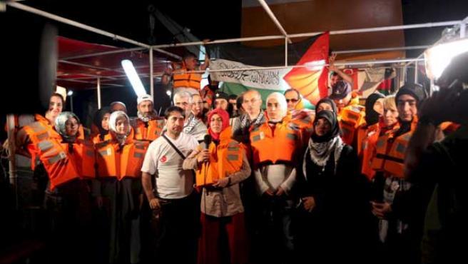 Activistas con chalecos salvavidas ofrecen una rueda de prensa dentro del barco 'Mavi Marmara', parte de la flotilla de ayuda humanitaria.