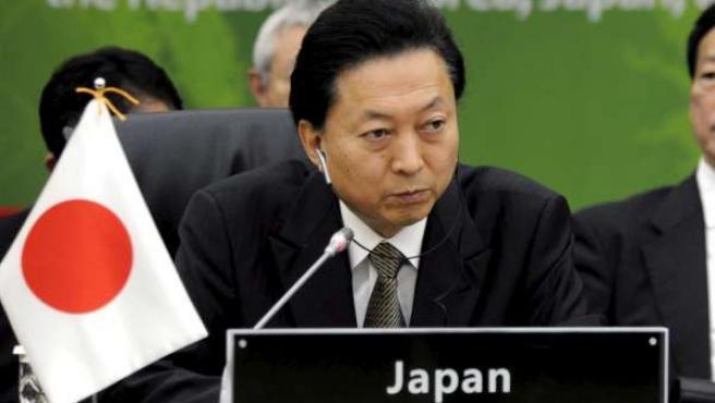 Fotografía de archivo del 29 de mayo de 2010 en la que aparece el ex primer ministro japonés Yukio Hatoyama mientras participa en la cumbre de los países del este asiático en Jeju (Corea del Sur).
