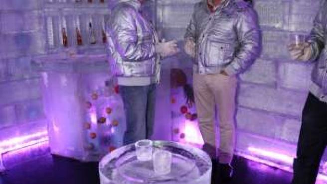 Clientes tomando una copa en el Ice Bar de Madrid.