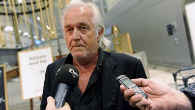 El autor sueco Henning Mankell habla con la prensaal llegar al aeropuerto de Goteborg.
