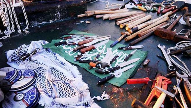 Algunos de los cuchillos y objetos hayados a bordo del Mavi Marmama.