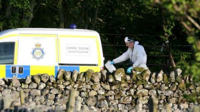 Un agente de la Policía de Cumbria investiga en el escenario de uno de los crímenes.