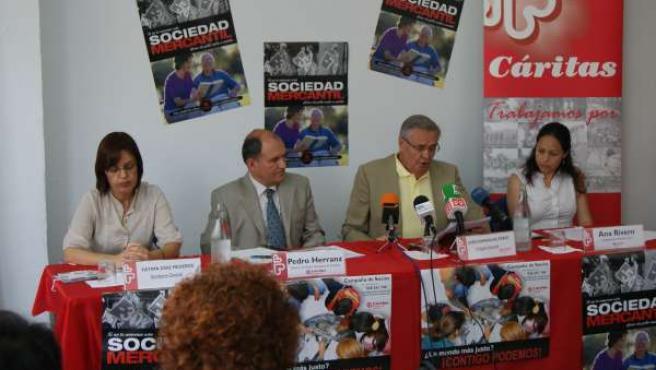 De izquierda a derecha, la secretaria general de Cáritas, Fátima Díaz, el direct