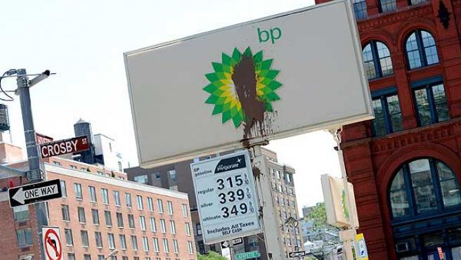 Vista de un cartel de BP con una gran mancha en el centro, en Nueva York.