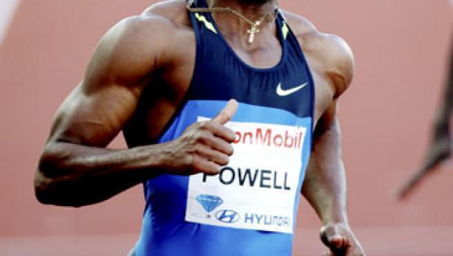 El atleta jamaicano Asafa Powell se proclama vencedorde la final de los 100 metros lisos masculinos, con un tiempo de 9,72 segundos, en la reunión de Oslo (Noruega).