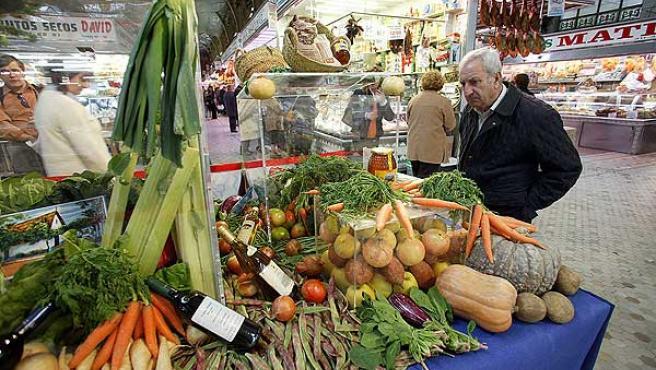 Un hombre observa un expositor dedicado a la sana dieta mediterránea.