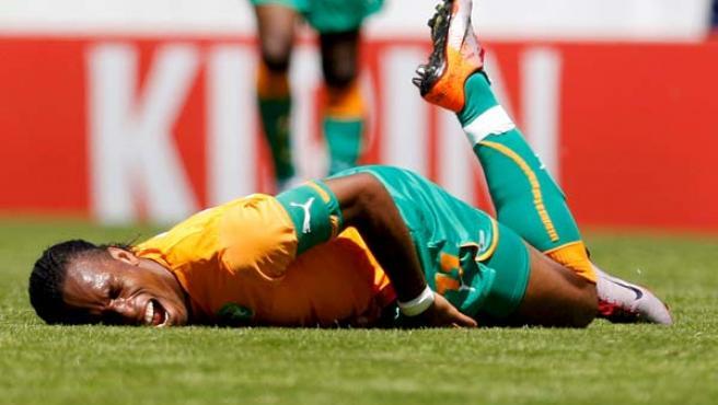 Didier Drogba, delantero de Costa de Marfil, en el momento de su lesión en el amistoso ante Japón.