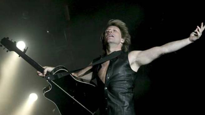 Jon Bon Jovi, durante la actuación de su banda este viernes en Madrid, y que ha sido el comienzo de su gira europea.