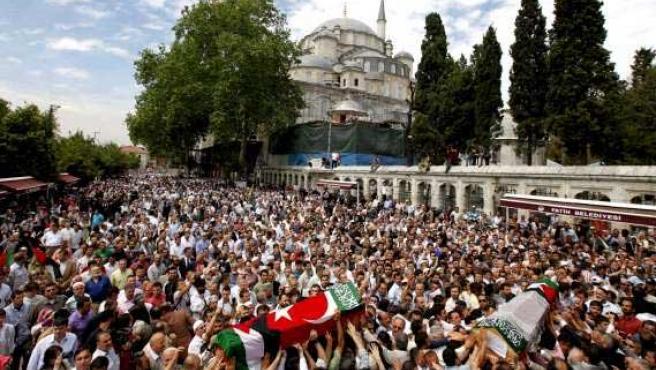 Llegada de algunos féretros con los restos mortales de los activistas turcos fallecidos en el asalto israelí, recibidos en la calle por la población del país.
