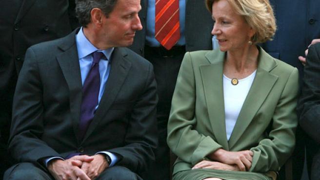 El secretario del Tesoro de Estados Unidos, Timothy Geithner, conversa con Elena Salgado en la reunión del G-20.