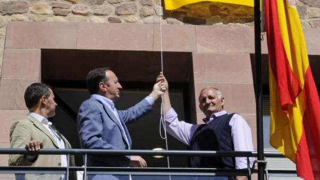 El presidente de La Rioja, Pedro Sanz, en Viniegra.