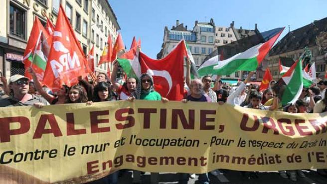 Manifestantes marchan en Estrasburgo contra el asalto israelí a la 'Flotilla de la Libertad'.