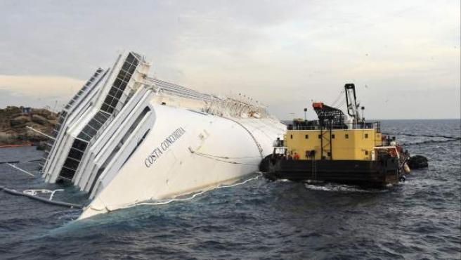Trabajadores en las operaciones de extracción de petróleo del crucero escorado en la costa de la isla de Giglio, en Italia.