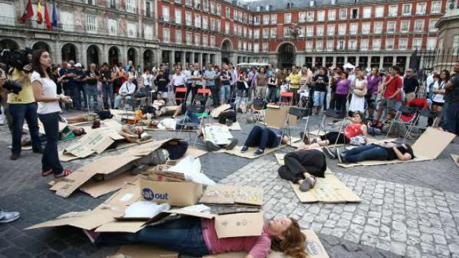 Un momento del curso para dormir en la calle, en la Plaza Mayor de Madrid.
