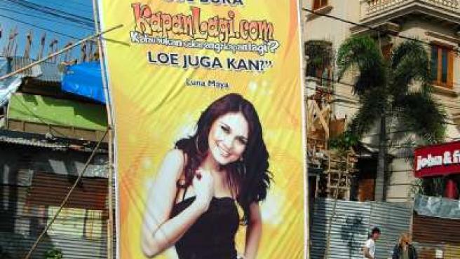 Cartel promocional de la artista indonesia Luna Maya.