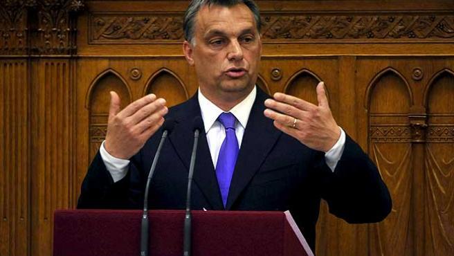El nuevo primer ministro de Hungría, el conservador Viktor Orbán, habla durante una sesión plenaria en el Parlamento húngaro.