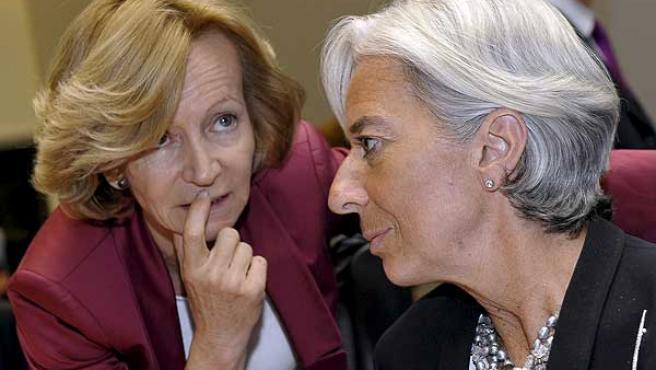 Elena Salgado (izquierda) conversa con su homóloga francesa, Christine Lagarde, en Luxemburgo.