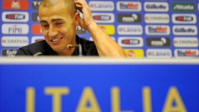 El capitán de la selección italiana de fútbol, Fabio Cannavaro, gesticula durante una rueda de prensa.