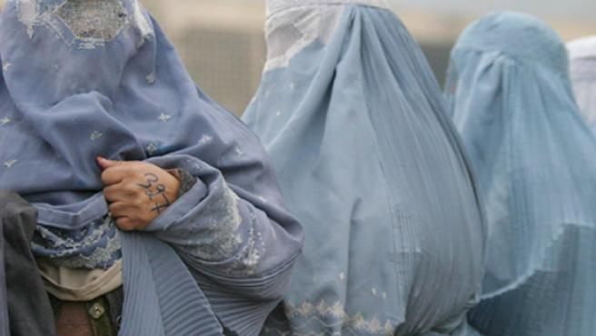 Varias mujeres ocultas bajo el burka.