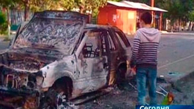 Un coche quemado en una calle de la capital de Kirguizistán, donde estos días han tenido lugar graves episodios violentos.