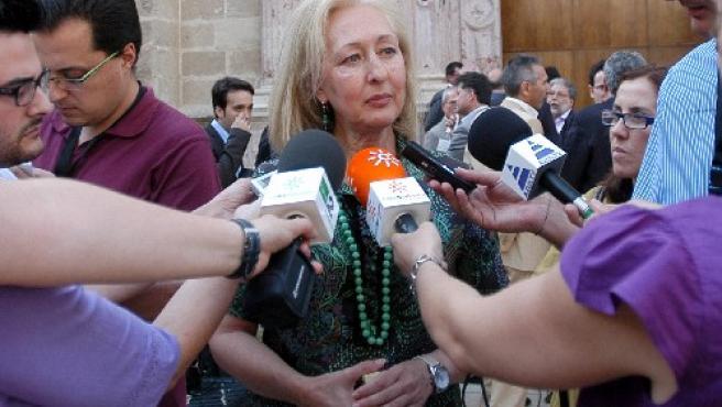 Coves atiende a los medios en los pasillos del Parlamento andaluz