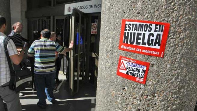 Una pegatina anuncia el paro de la huelga de funcionarios del 8 de junio.