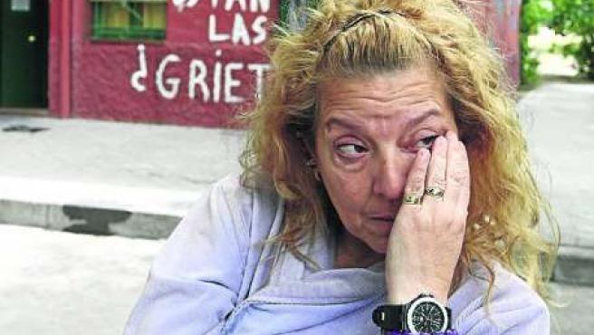 Amalia, una de las afectadas por los desalojos, frente al edificio declarado en ruinas.