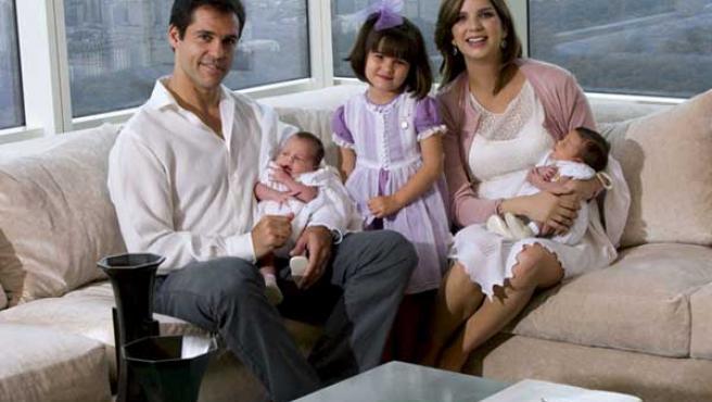 Luis Alfonso de Borbón posa con su mujer, Margarita Vargas, y sus hijos Eugenia, Luis y Alfonso.