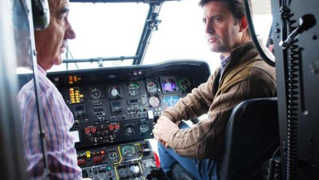 El conselleiro de Medio Rural, Samuel Juárez, en un helicóptero contra incendios